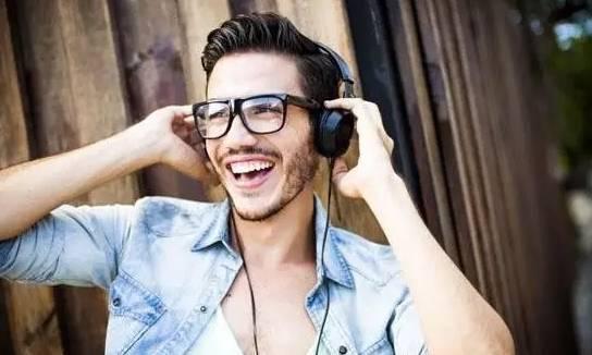 戴眼镜的男生适合什么发型?  春5月 第5张